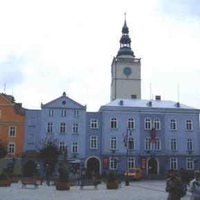 Ratusz miejski i rynek w Dzierżoniowie.  Fot. http://pl.wikipedia.org/