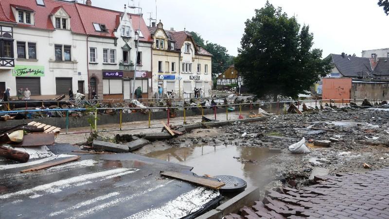 Zniszczone centrum miasta po powodzi.