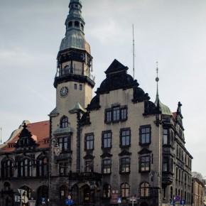 Ratusz w stylu neorenesansowym zaprojektowany przez wrocławskich architektów.