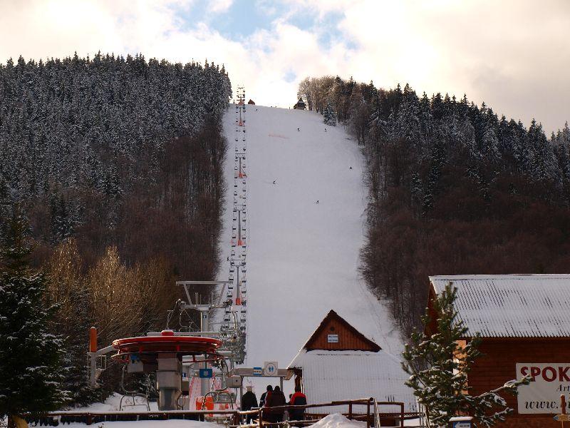 Wyciąg na stok narciarski na Dzikowcu.  Fot. www.dzikowiec.info