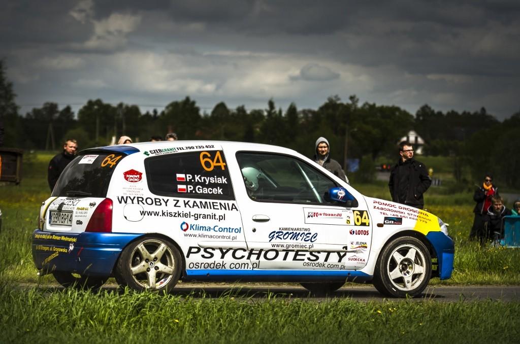Podczas dwóch pierwszych rund RSMP kierowca ze Strzegomia konkurencję dystansował w  Renault Clio (fot. P. Puchalski)